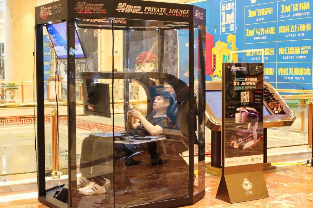 Mężczyzna podczas gry w kabinie odpoczynku dla mężów w Szanghaju