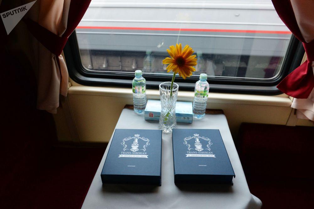 Przedział pociągu turystycznego Carska Rosja wyruszającego w podróż z Moskwy do Pekinu