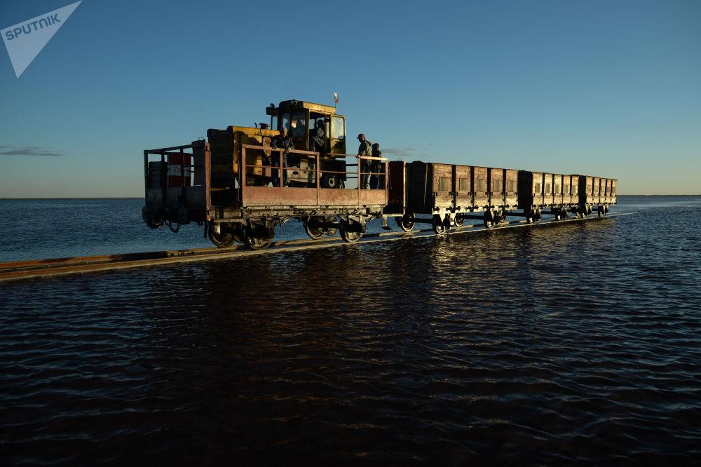 Kolej na słonym jeziorze w Kraju Ałtajskim