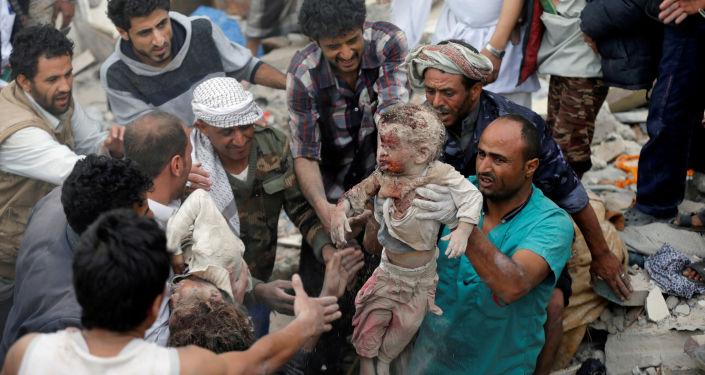 Co najmniej 14 osób zginęło, w tym 6 dzieci, w piątkowym nalocie koalicji na dzielnicę mieszkaniową w stolicy Jemenu, Sanie