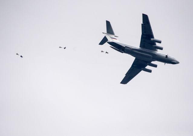 """Szkoleniowe desantowanie podczas wspólnych ćwiczeń Sił Powietrznych Rosji, Białorusi i Serbii """"Słowiańskie Braterstwo 2016"""" w Serbii"""