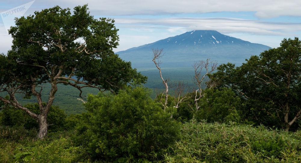 Widok na Wulkan Bogdan Chmielnicki na wyspie Iturup