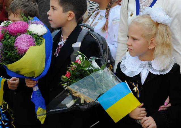 Uczniowie na uroczystym apelu poświęconym Dniu Wiedzy w Kijowie