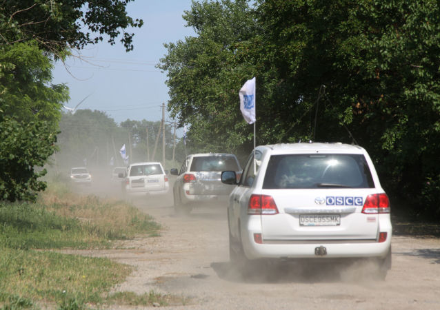 Orszak patrolowy misji OBWE w miejscowości Sachanka niedaleko linii demarkacyjnej w proklamowanej w trybie jednostronnym DRL