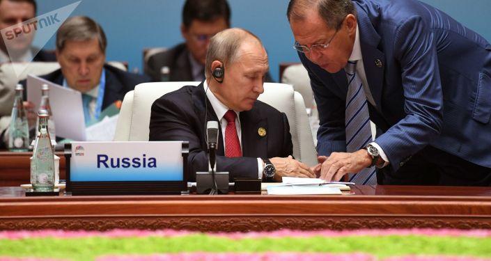 Prezydent Rosji Władimir Putin i minister spraw zagranicznych Rosji Siergiej Ławrow