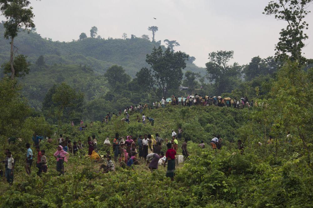 Uchodźcy Rohingya przekraczają granicę Bangladeszu