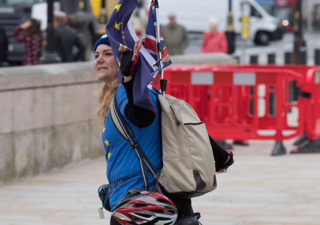 Przeciwniczka wyjścia Wielkiej Brytanii z Unii Europejskiej na ulicy Londynu