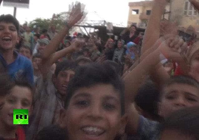 Dziecięcy śmiech na ulicach. Mieszkańcy Dajr az-Zaur świętują przerwanie blokady