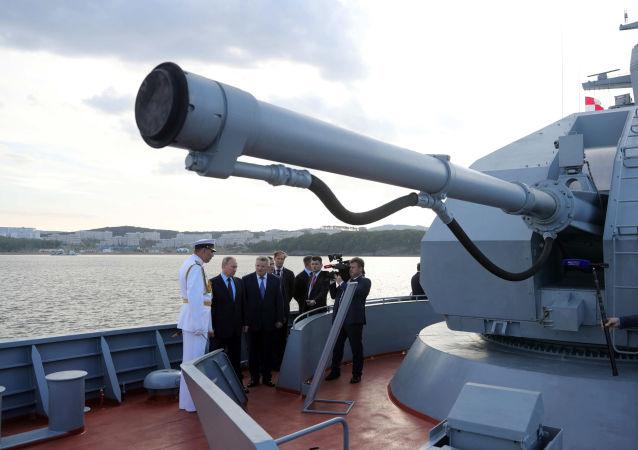 """Prezydent Rosji Władimir Putin podczas inspekcji korwety 20380 projektu """"Sowierszennyj"""""""