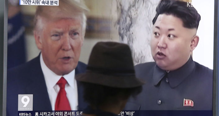 Prezydent USA Donald Trump i lder Korei Północnej Kim Dzong Un na ekranie telewizora, Seul