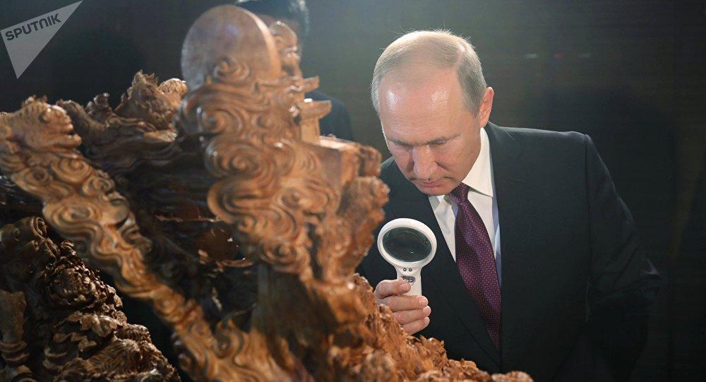 Władimir Putin w Muzeum narodowym w Chinach podczas szczytu BRICS