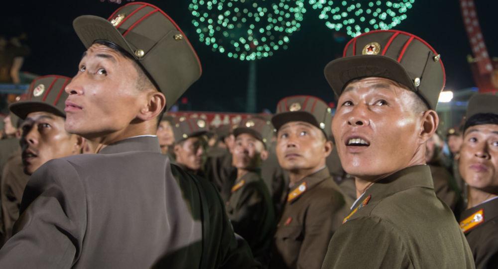 Mieszkańcy Pyongyangu podczas pokazu fajerwerków z okazji udanego testu bomby wodorowej w Korei Północnej
