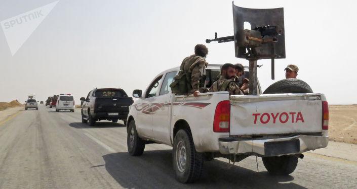 Żołnierze i sprzęt wojskowy syryjskiej armii w pobliżu miasta Dajr az-Zaur w Syrii