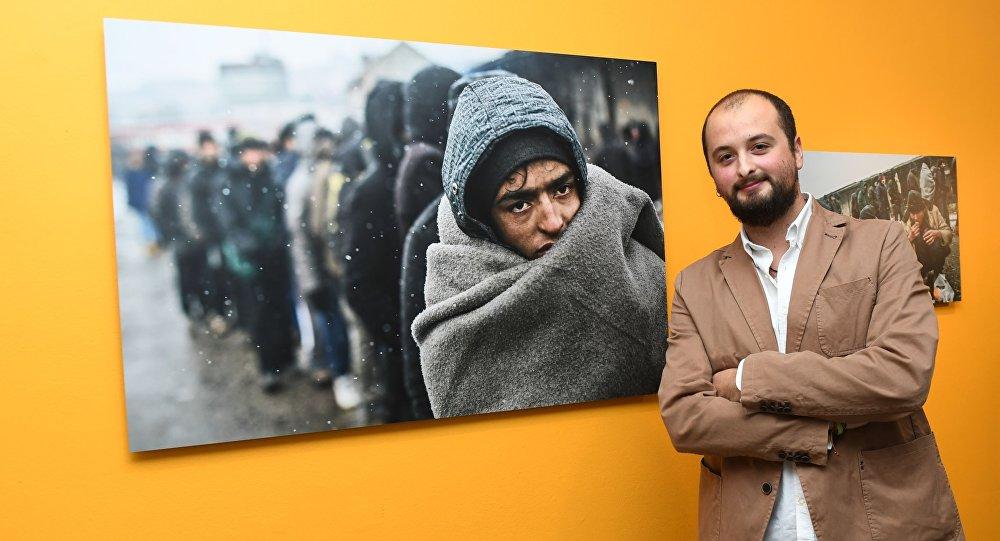 """Grand Prix oraz pierwsze miejsce w kategorii """"Główna wiadomość. Seria"""" przypadło w udziale Hiszpanowi Alejandro Martinezowi Velezowi. Hiszpański fotograf jest autorem serii """"Uchodźcy w Belgradzie"""