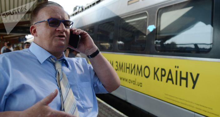 Europoseł Jacek Saryusz-Wolski na stacji kolejowej w polskiej Przemyślu