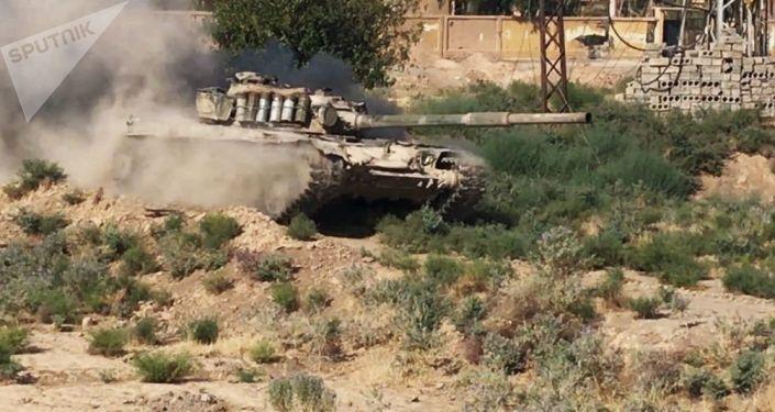 Czołg syryjskiej armii w syryjskim mieście Dajr az-Zaur