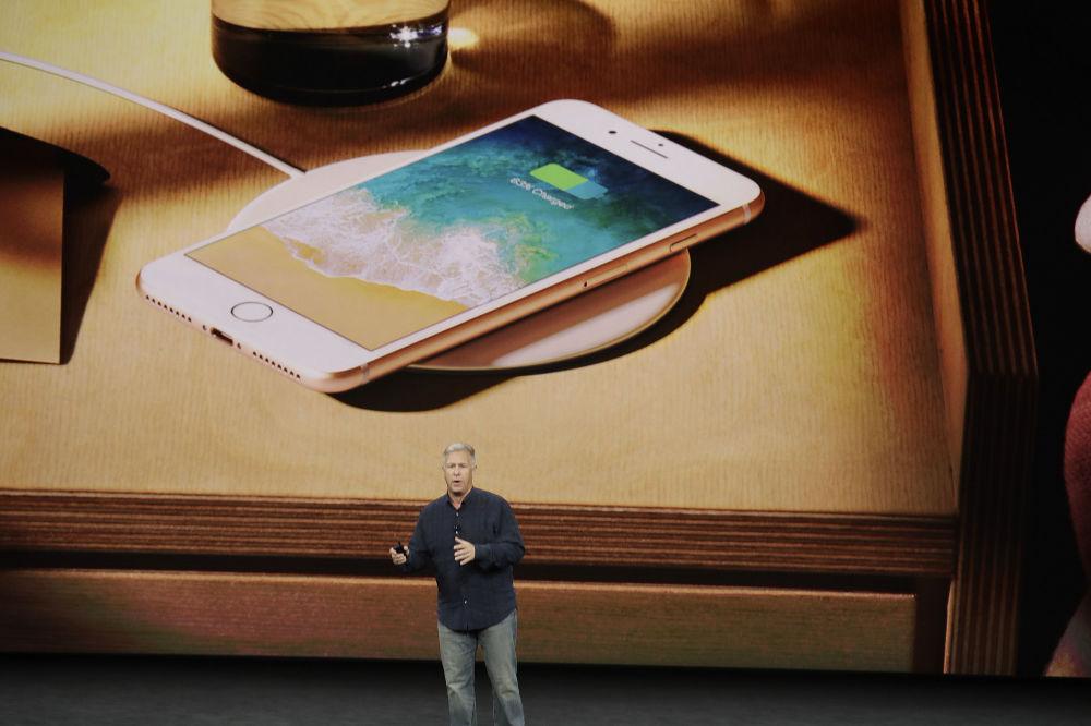 Wiceprezes Apple - Phil Schiller podczas prezentacji nowego iPhone 8 w Kalifornii