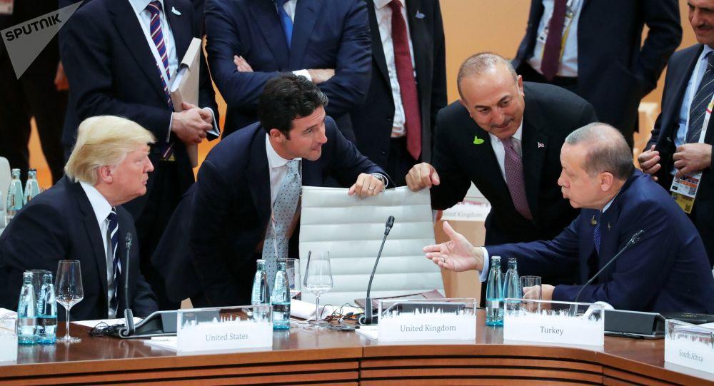 Amerykański prezydent Donald Trump, prezydent Turcji Recep Tayyip Erdogan rozmawiają przed startem pierwszego posiedzenia szefów delegacji państw G20 w Hamburgu