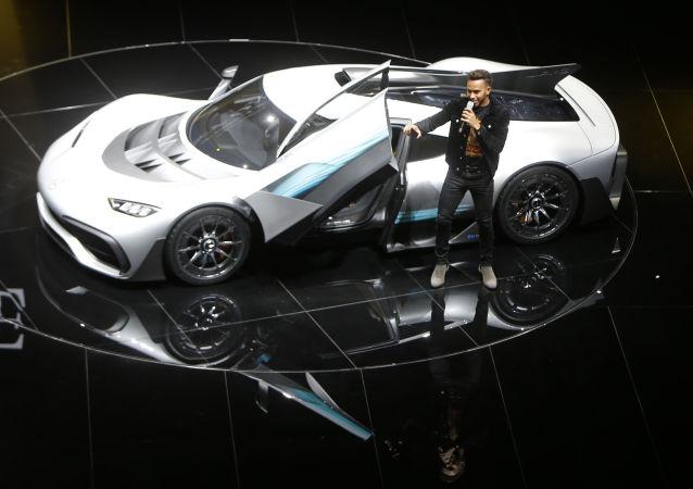 Pilot F1 Lewis Hamilton przy samochodzie Mercedes-AMG Project One hyper podczas Międzynarodowego Salonu Motoryzacyjnego we Frankfurcie