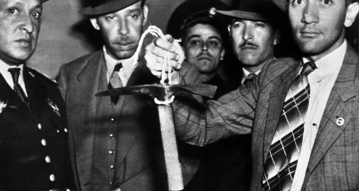 Meksykańscy policjanci trzymający w rękach czekan, którym zabito Lwa Trockiego