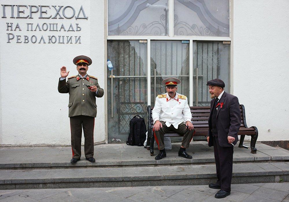 Aktorzy przebrani za Lenina i Stalina na ulicy Nikolskiej.