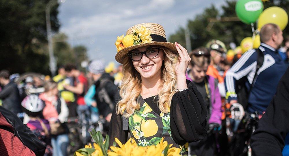 Uczestniczka parady rowerowej w Moskwie.