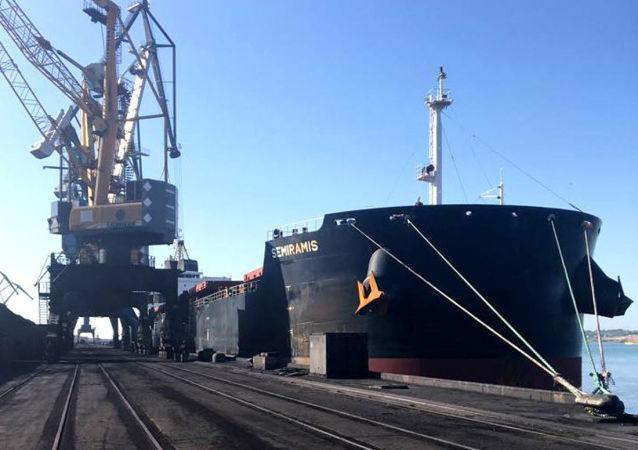 Statek Panamax Semiramis z węglem z RPA w porcie Jużnyj, Ukraina
