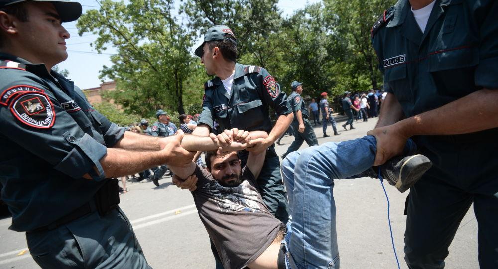 Policja zatrzymuje uczestnika akcji protestacyjnej przeciwko podniesieniu cen energii elektrycznej w Erywaniu