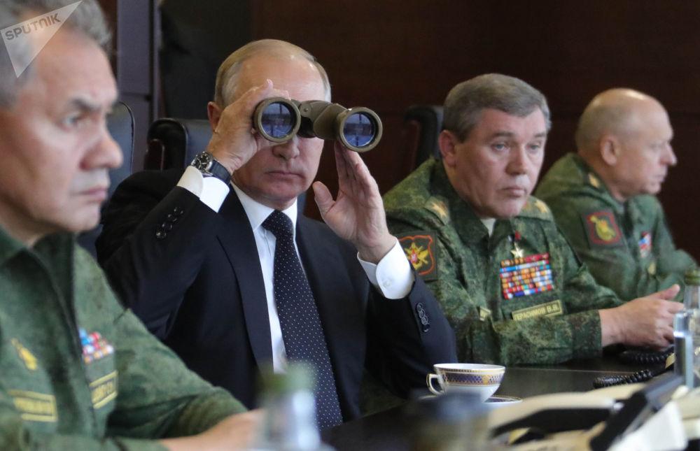 """Władimir Putin obserwuje działania rosyjskich i białoruskich wojskowych na poligonie """"Łużskij"""