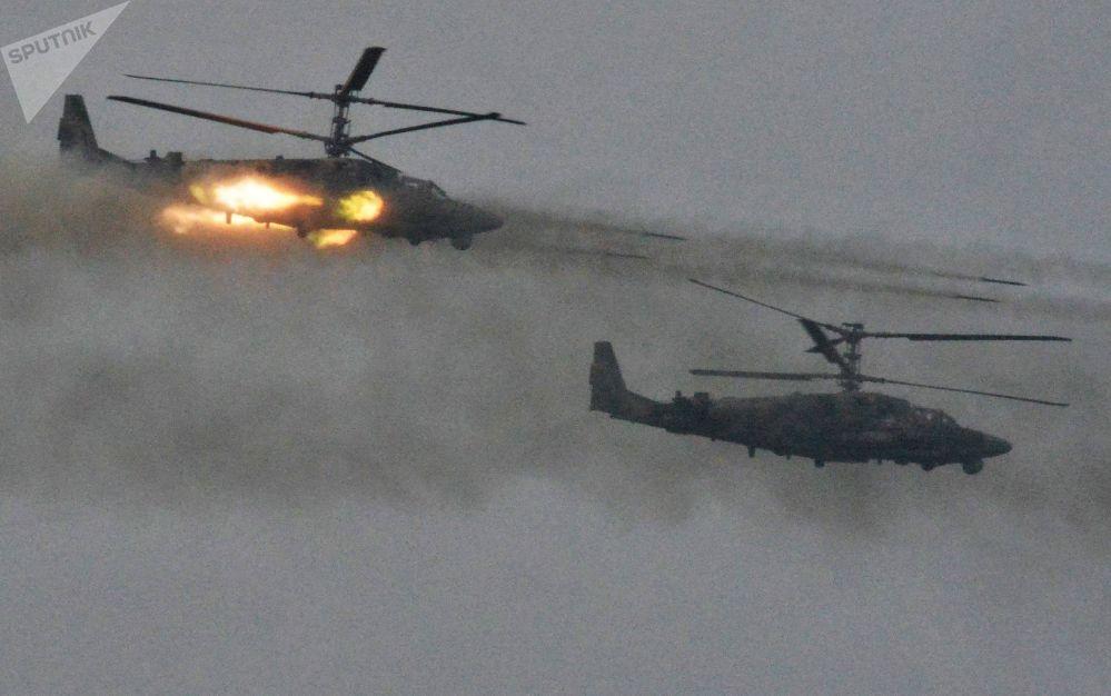 """Helikoptery Ка-52 Aligator podczas ćwiczeń wojskowych """"Zapad 2017"""" w obwodzie leningradzkim"""