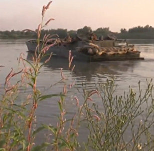 Żołnierze syryjskiej armii sforsowali rzekę Eufrat w pobliżu Dajr az-Zaur