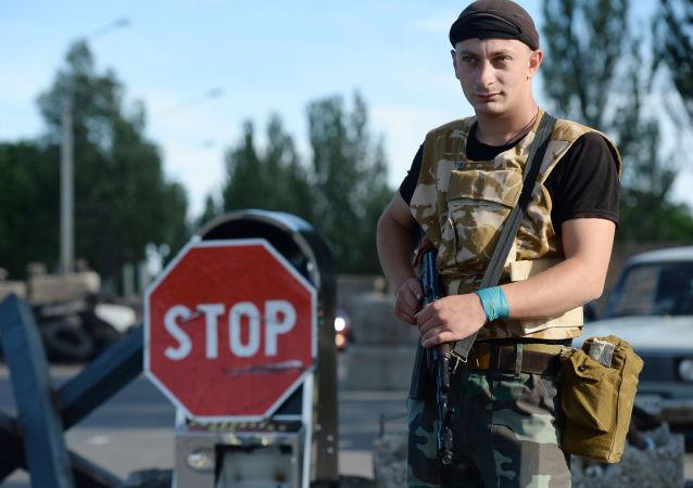 Bojownik DRL dyżuruje przy wyjeździe z Kramatorska