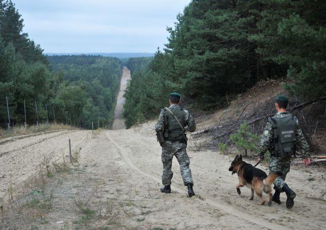 Żołnierze Straży Granicznej Ukrainy z psem