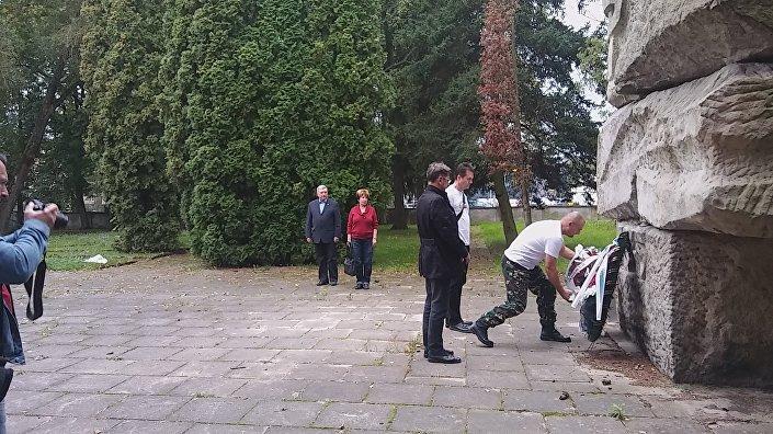 Złożenie wieńców pod pomnikiem na cmentarzu armii radzieckiej w Olsztynie