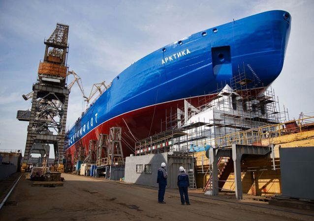 """Główny lodołamacz atomowy """"Arktyka"""" projektu 22220 w Stoczni Bałtyckiej w Petersburgu"""