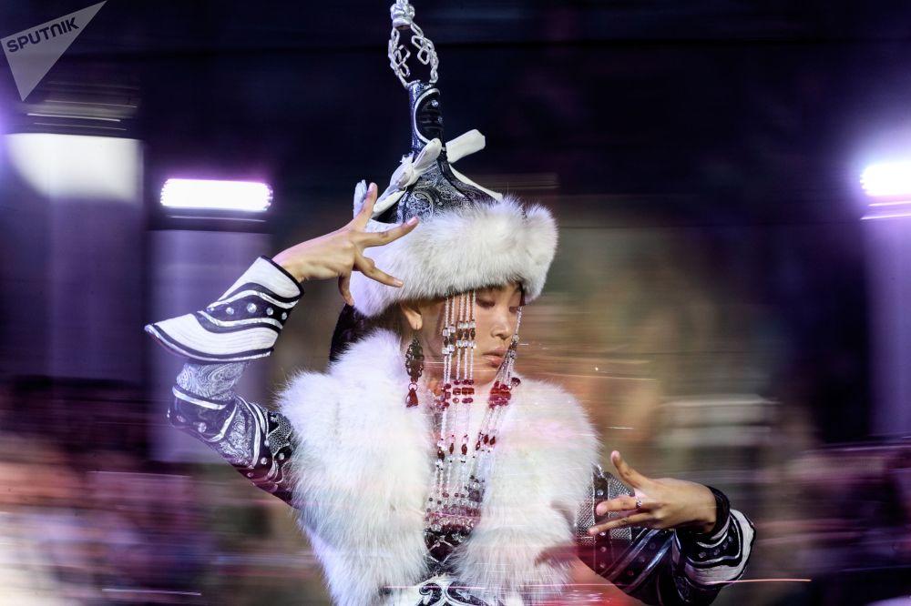 W pokazie udział wzięli projektanci mody, którzy korzystają z inspiacji etnicznych i ludowych przy tworzeniu swoich kolekcji.