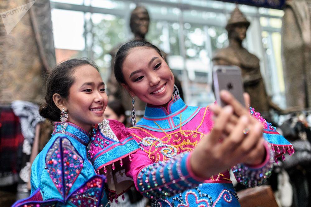 Modelki przed rozpoczęciem pokazu w ramach Międzynarodowego Festiwalu Etnokulturowego Etno Art Fest 2017 w Moskwie.