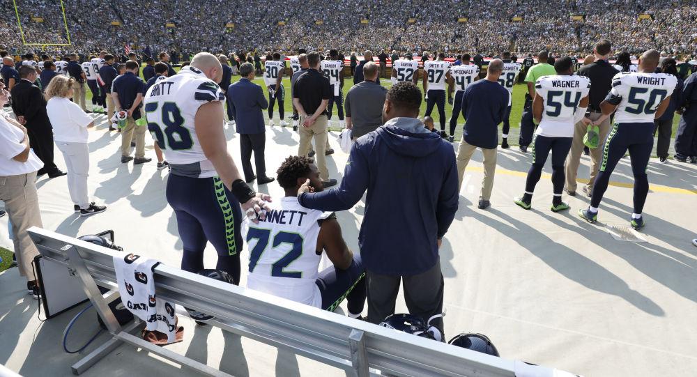 Zawodnicy NFL podczas odgrywania hymnu narodowego USA