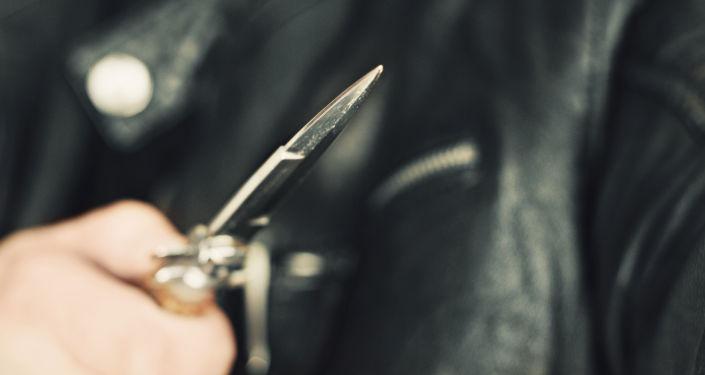 Mężczyzna z nożem w ręku