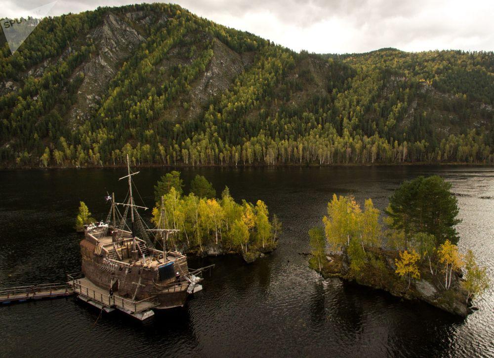 Kopia żaglowca Czarna Perła z Piratów z Karaibów w ośrodku rekreacyjnym Tortuga na rzece Jenisej w Chakasji