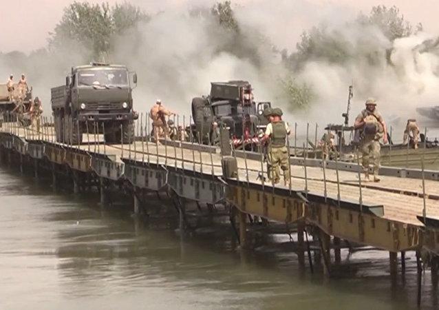 Rosyjscy wojskowi zbudowali most przez Eufrat kilka kilometrów od Dajr az-Zaur