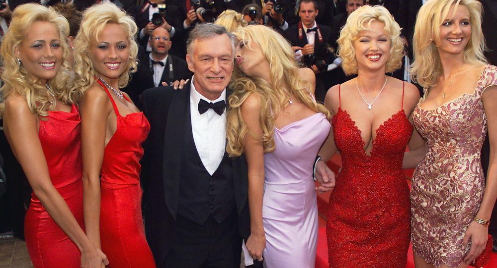 Założyciel magazynu Playboy Hugh Hefner z dziewczynami