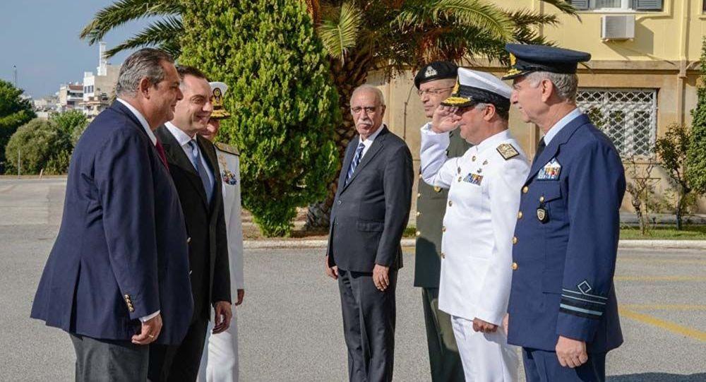 Minister obrony Grecji Panos Kammenos i minister obrony Serbii Aleksander Vulin w Atenach przed podpisaniem noty o przystąpieniu Serbii do bałkańskiej grupy bojowej