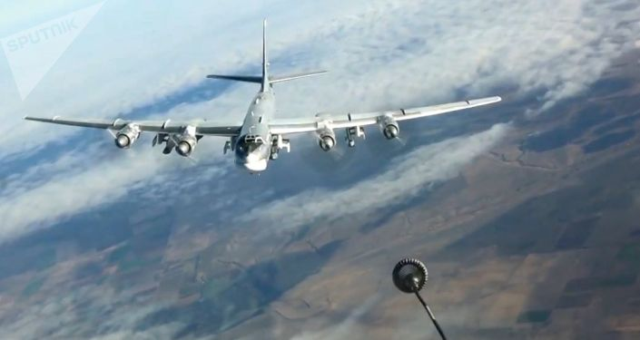Tankowanie w powietrzu strategicznego samolotu bombowego Tu-95MS podczas wykonywania zadania bojowego w Syrii.