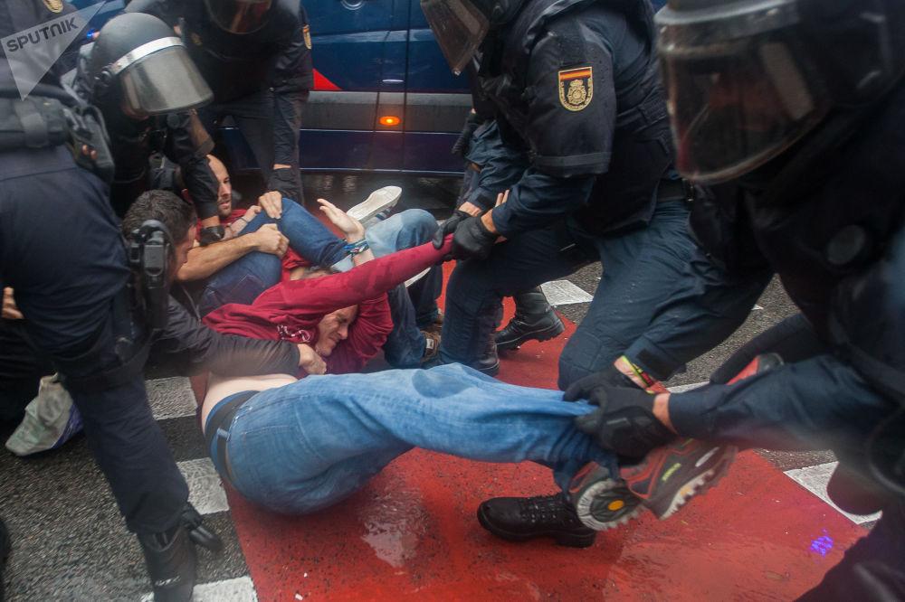 Policja zatrzymuje uczestników starć podczas referendum w sprawie niepodległości Katalonii