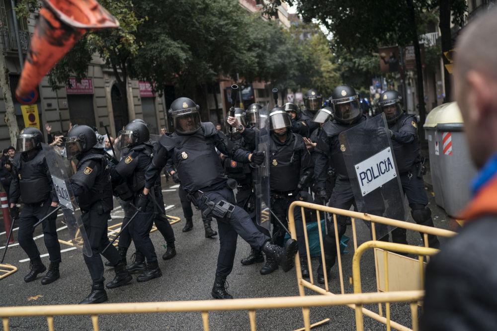 Policjanci przy lokalach wyborczych w Barcelonie