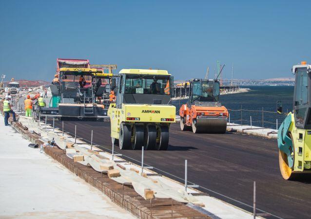 Układanie pokrycia drogi na odcinku mostu drogowego na wyspie Tuzla