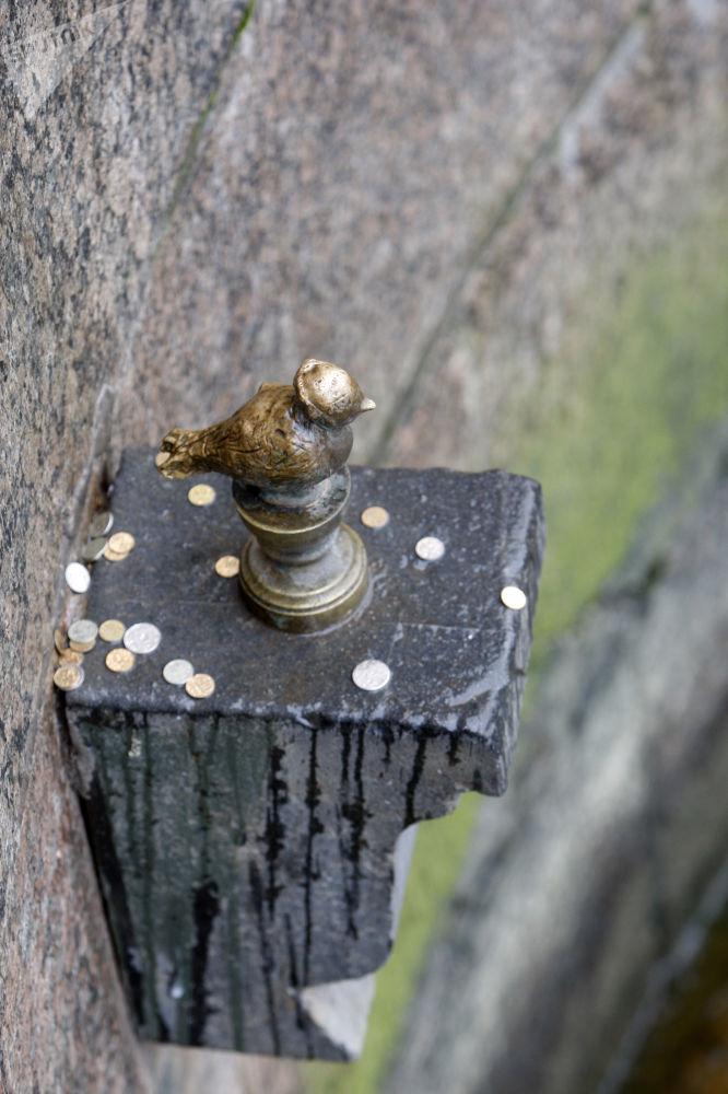 Figurka Czyżyka-Pyżyka w Petersburgu. Według legendy - każdy kto z mostu rzuci monetą w figurkę, zapewni sobie szczęście