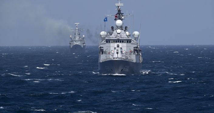 Okręty wojenne NATO na ćwiczeniach na morzu