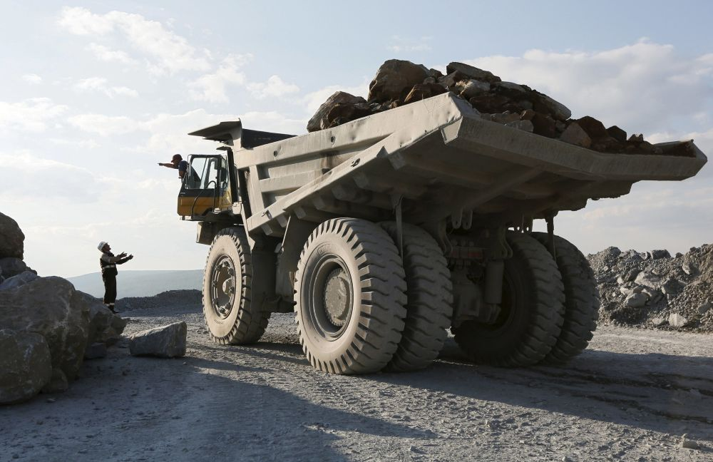 Ciężarówka wywozi ładunek rudy